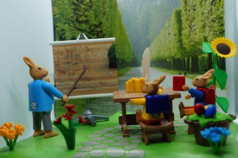 In der Hasenschule erklärt Lehrer Lampe die Vorgehensweise bei der Reinigung einer Holzterrasse